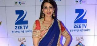 Bollywood Actress Sonali Bendre Drape Blue Red Net Dhoti Style Saree at Zee Rishtey Award 2015